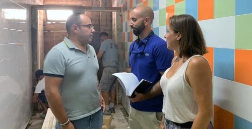 El Ayuntamiento invierte 17.600 euros en reformar los aseos del colegio Las Gaviotas de La Herradura.jpg
