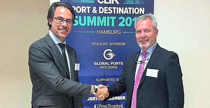 El presidente del Puerto de Motril (derecha) saluda al presidente de CLIA España, Alfredo Serrano.jpg