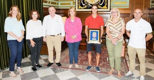 La alcaldesa de Motril, Luisa García Chamorro, recibe al deportista de élite Alberto Mingorance Fernández.jpg