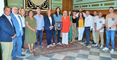 La alcaldesa de Motril recibe, en nombre de la Corporación, al velocista motrileño Javier Martín Estévez.jpg