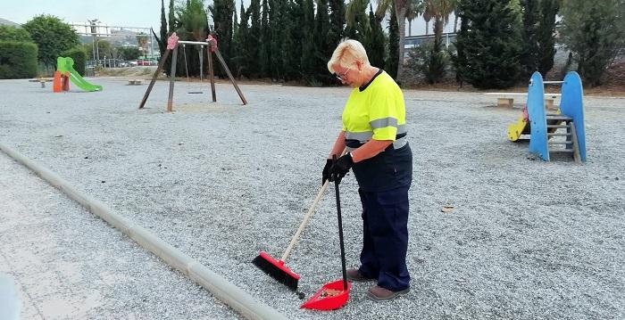 Medio Ambiente lleva a cabo un plan integral de limpieza y adecuación de los parques infantiles en Salobreña.jpg