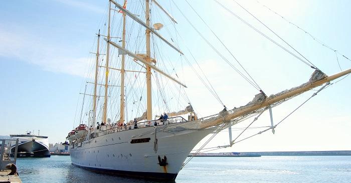 El velero Star Flyer, atracando en el Puerto de Motril.jpg