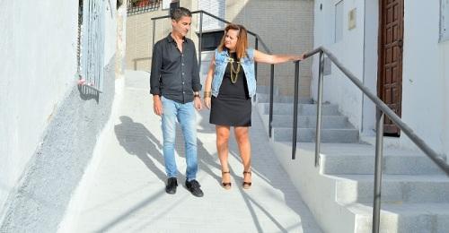 Escalera y nuevo adoquinado para rebajar la pendiente de la calle Arrabal Villa B de Salobreña.jpg