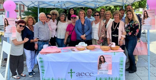 La alcaldesa de Motril alaba la labor de los voluntarios de la AECC con las mujeres afectadas por cáncer de mama.jpg