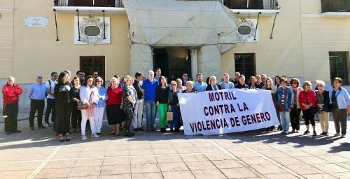 Motril se concentra frente al Ayuntamiento en protesta por el asesinato de una mujer en La Zubia.jpg