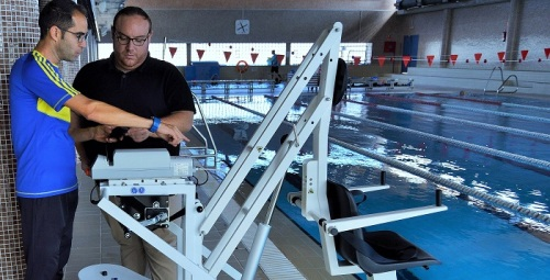 Nueva silla adaptada para ayudar a las personas con diversidad funcional en la piscina municipal de Salobreña.jpg