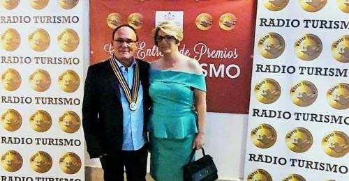 Nuevo reconocimiento al Chiringuito Emilio de Salobreña en la gala de premios de Radio Turismo.jpg