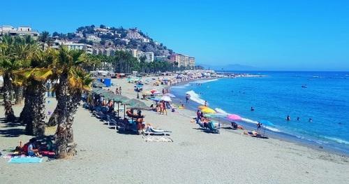 Playa de Puerta del Mar de Almuñécar en octubre.jpg