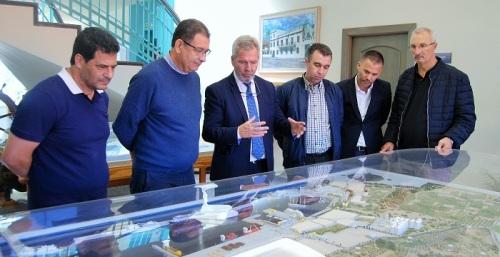 Una delegación de Alhucemas conoce las instalaciones y servicios comerciales del Puerto de Motril.jpg