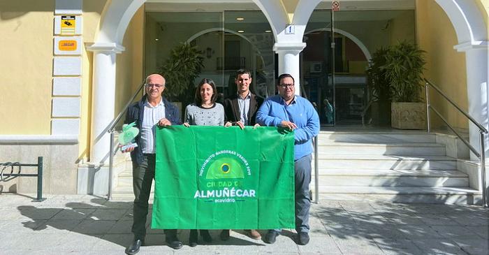 Almuñécar recibe la Bandera Verde de Ecovidrio por su compromiso con la sostenibilidad y el reciclado.png