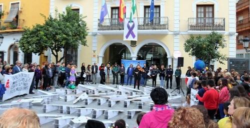 Almuñécar rinde homenaje a las mujeres víctimas de violencia de género.jpg