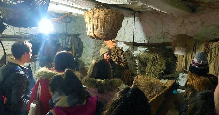 Alumnos de Filosofía Hispánica visitan el museo etnográfico de Bubión.jpg