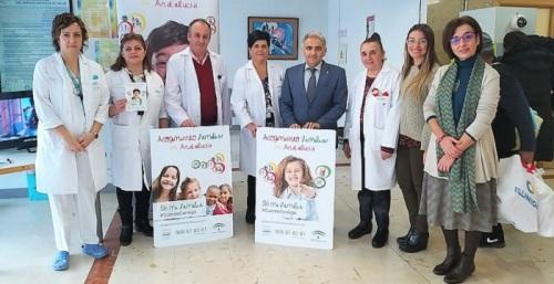 El Hospital Materno Infantil ha acogido hoy una mesa informativa para dar a conocer la campaña 'Sé mi familia. Cuento contigo'.jpg