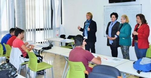 La alcaldesa de Motril visita el taller formativo para quince jóvenes de los barrios de Varadero y Santa Adela.jpg