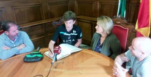 La alcaldesa felicita al tres veces campeón del mundo de pádel, el joven motrileño Miguel Yanguas Díez.jpg