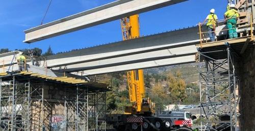 La colocación de enormes vigas para la reconstrucción del puente de Río Chico causa gran expectación en Órgiva.jpg