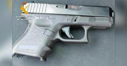 La Guardia Civil detiene a un individuo que amenazó a los clientes de un bar de copas con una pistola.jpg
