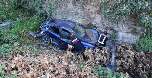 Los Bomberos de Almuñécar rescatan a un conductor atrapado en su vehículo tras caer por un desnivel cerca de Ítrabo.png