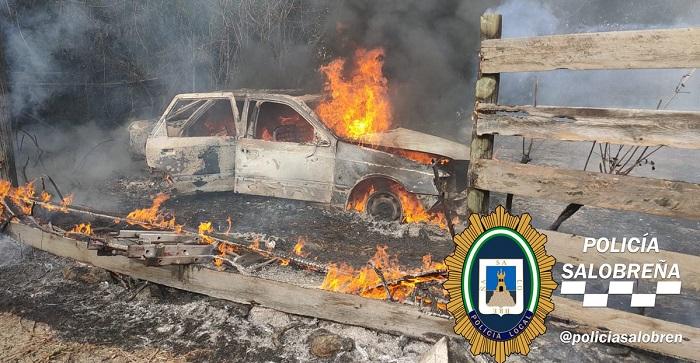 Un vehículo calcinado en un incendio declarado en una parcela de Salobreña.jpg