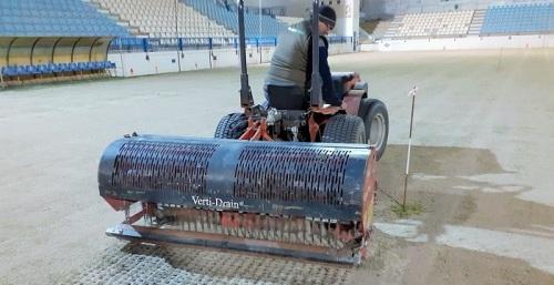 El Ayto. de Motril invierte más de 9.000 euros en la regeneración del césped del campo de fútbol Escribano Castilla.jpg