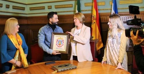 El cantante Javi Mota recibe el reconocimiento del Ayto. de Motril por su trayectoria y amor a sus raíces.jpg