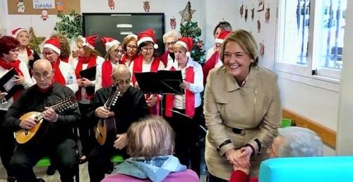 La alcaldesa inicia la ronda de visitas a los centros de mayores de Motril con motivo de las fiestas navideñas.jpg