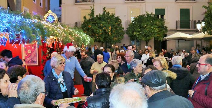 La plaza de la Constitución sexitana acoge hasta este sábado el mercadillo navideño de los residentes europeos