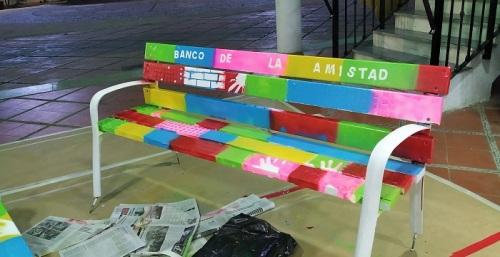 Niños y jóvenes de Lobres pintan el 'Banco de la Amistad' contra la discriminación y el acoso juvenil.jpg