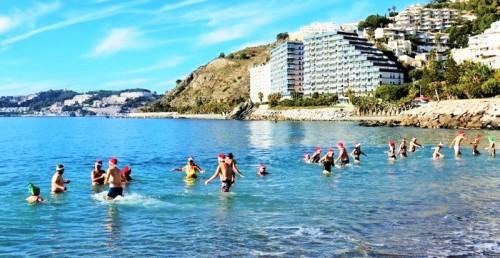 Turistas nórdicos cumplen con su tradicional chapuzón en la playa de San Cristóbal de Almuñécar.jpg