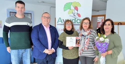 Ayudan2 entrega a la Asociación Agraela la recaudación de la venta de dulces durante la San Silvestre