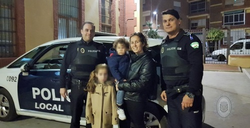 Dos policías locales de Motril salvan la vida a una niña de siete años que se atragantó con un trozo de caramelo.jpg