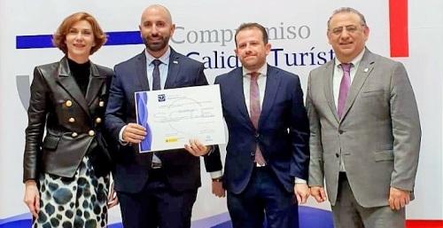 En el stand de Turespaña, Barbero recibía de manos de la directora general de Turismo el diploma del sistema de calidad SICTED