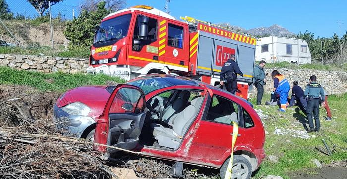 Los Bomberos de Almuñécar rescatan a una mujer en Molvízar atrapada debajo de su vehículo