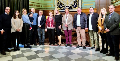 El Gobierno local recibe a Mar Aragón y a la Agrupación de Hermandades, galardonados con la Medalla de Oro