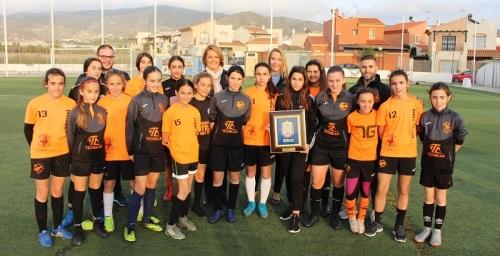 La alcaldesa anima al Club Deportivo a seguir reforzando y proyectando la cantera del fútbol femenino en Motril