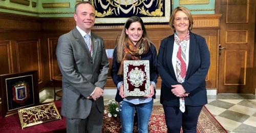 La pregonera Carmen María Muñoz recibe las Tapas del Pregón Oficial de la Semana Santa 2020 de Motril