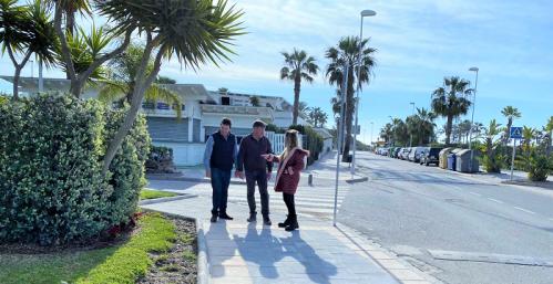 Mantenimiento lleva a cabo actuaciones en seguridad vial y accesibilidad en la zona de la Playa de Motril