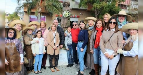 Motril honra el recuerdo de Adela Muñoz con una placa conmemorativa en el monumento a la mondera