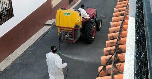 Agricultores se suman a las labores de desinfección de Salobreña y sus anejos