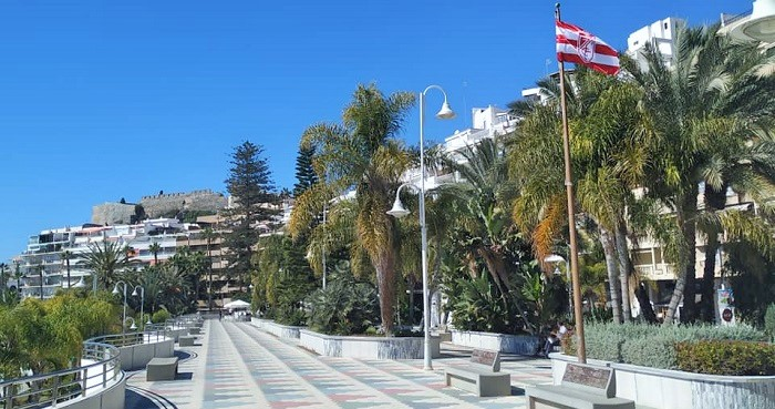 Bandera del Granada CF en el Paseo del Altillo de Almuñécar