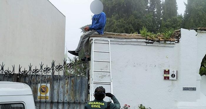 La Guardia Civil auxilia a un joven con trastorno bipolar que se había encaramado a un muro