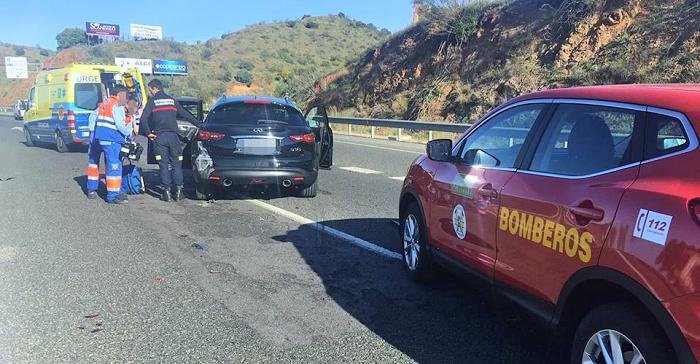 Los Bomberos de Almuñécar asisten a un herido grave en un accidente de tráfico en la A-7