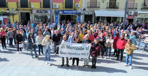 Manifestación concesionarios mercado frente al Ayuntamiento de Almuñécar