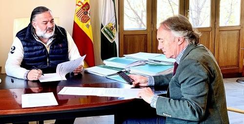 Pablo García evalúa con el delegado de Salud la respuesta del sistema sanitario en Granada