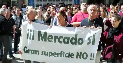 Vecinos de Almuñécar se concentran en solidaridad con los trabajadores y comerciantes del Mercado