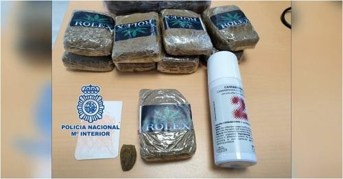 Agentes de la Policía Nacional detienen a un joven que transportaba casi 1,5 kilos de hachís en Motril