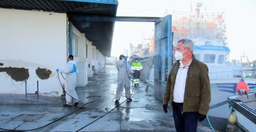 El Puerto vuelve a realizar labores de desinfección en todo el recinto, incluida la lonja y el muelle pesquero