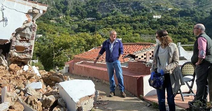 Un deslizamiento de tierra provoca importantes daños en cuatro viviendas y un depósito de agua del pago de Rescate