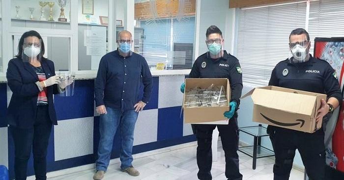 Voluntarios de Cs donan 'mascarillas pantalla' a la Policía Local de Almuñécar