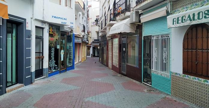 Comercios cerrados en la calle Baja del Mar de Almuñécar